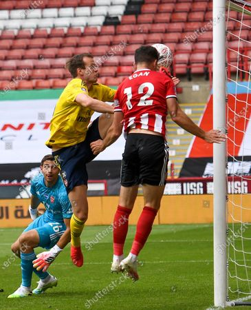 John Egan (R) of Sheffield in action during the English FA Cup quarter final soccer match between Sheffield United and Arsenal FC in Sheffield, Britain, 28 June 2020.