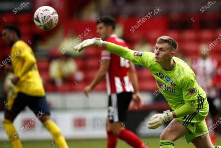 Sheffield goalkeeper Dean Henderson (R) in action during the English FA Cup quarter final soccer match between Sheffield United and Arsenal FC in Sheffield, Britain, 28 June 2020.