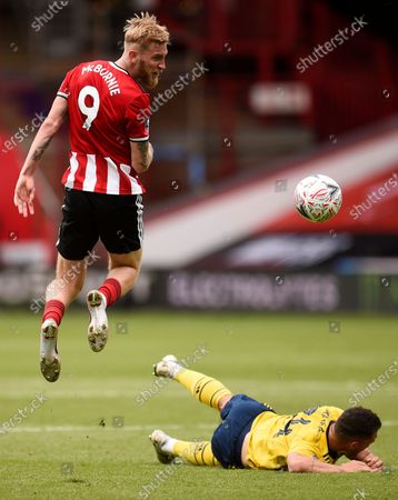 Oli McBurnie (L) of Sheffield in action during the English FA Cup quarter final soccer match between Sheffield United and Arsenal FC in Sheffield, Britain, 28 June 2020.