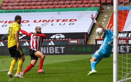 David McGoldrick (C) of Sheffield scores the 1-1 equalizer against Arsenal's goalkeeper Emiliano Martinez (R) during the English FA Cup quarter final soccer match between Sheffield United and Arsenal FC in Sheffield, Britain, 28 June 2020.