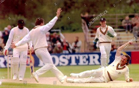 Sir Ian Botham (kb June 2007) - Cricketer - 1992 No Pal's Act: Sir Ian Botham (kb June 2007) Catches Viv Richards Off His Own Bowling At Durham. No-one In Durham Not Even Their Own Hard To Convince Bishop Can Doubt Now Taht Sir Ian Botham (kb June 2007) Is Ready To Devote Body And Soul To His New County. The Man Who Has Always Craved The Big Occasion And A Mass Audience Went Through His Entire Repertoire Yesterday For The Benefit Of 3 000 Cricket Fans Huddled Agianst A Biting Nor Easter. It Was Enough To Win Durham's First Man Of The Match Award But Not The Benson And Hedges Cup Tie Against Glamorgan. First Class Tickets Newst Recruits Were Denied Their Second Victory In Three Pioneering Days Because Chris Cowdrey That Other Less Illustrious Former England Captain Made A Picture Desk ** Pkt5231 - 378313