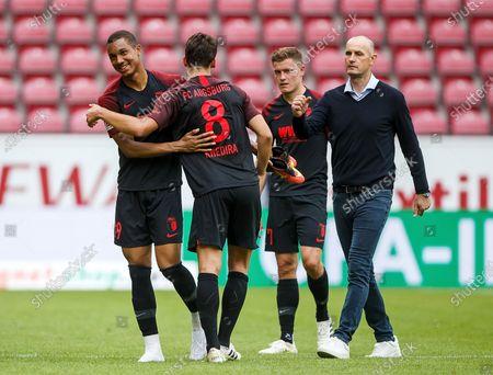 Heiko Herrlich (Trainer / FC Augsburg) with Felix Uduokhai (FC Augsburg), Rani Khedira (FC Augsburg) and Alfred Finnbogason (FC Augsburg)