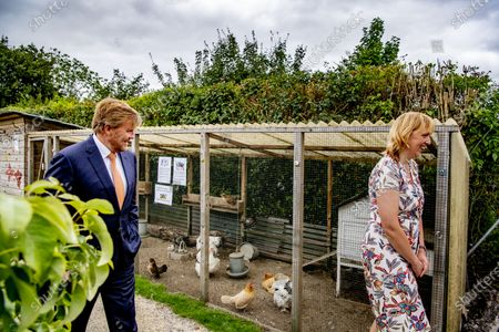"King Willem-Alexander during a working visit to Gilde Stadstuiniers Zoetermeer in the Hof van Seghwaert. In 2015, the Gilde Stadstuiniers took the initiative for ""The power of green Zoetermeer"". The Oranje Fonds has financially supported this three-year project. King Willem-Alexander and Queen Máxima are the patron couple of the Orange Fund."