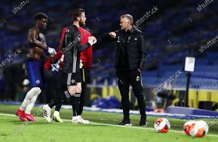 Manchester United Manager Ole Gunnar Solskjaer fist bumps David De Gea of Manchester United after the match.