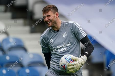 Marcus Bettinelli of Fulham warms up before kick-off