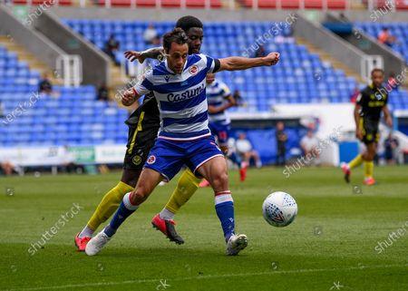 Madejski Stadium, Reading, Berkshire, England; Sam Baldock of Reading holds off Josh Dasilva of Brentford; English Championship Football, Reading versus Brentford.