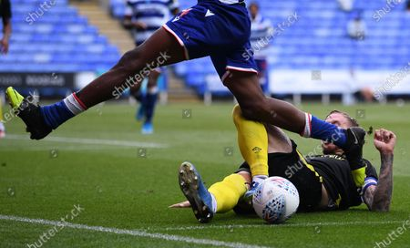 Madejski Stadium, Reading, Berkshire, England; Pontus Jansson of Brentford defends the ball in the penalty area under pressure from Ovie Ejaria of Reading; English Championship Football, Reading versus Brentford.