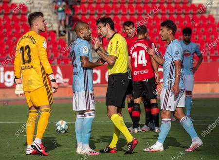 Referee Ricardo de Burgos Bengoetxea (C) talks to Celta de Vigo's Rafinha Alcantara (2-L) during the Spanish LaLiga soccer match between RCD Mallorca and Celta de Vigo at Palma Mallorca, Balearic Islands, Spain, 30 June 2020.