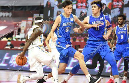 Ty Lawson (1st L) of Fujian Sturgeons competes during a match between Fujian Sturgeons and Jiangsu Dragons at the 2019-2020 Chinese Basketball Association (CBA) league in Dongguan, south China's Guangdong Province, July 1, 2020.