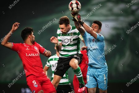 Sporting's Sebastian Coates (C) in action against Gil Vicente players Rodrigo (L) and goalkeeper Denis (R) during the Portuguese First League soccer match between Sporting Lisbon and Gil Vicente at Alvalade Stadium in Lisbon, Portugal, 01 July 2020.