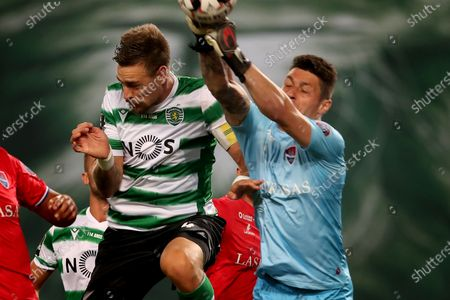 Sebastian Coates (L) of Sporting vies with Denis, goalkeeper of Gil Vicente during a Portuguese League football match between Sporting CP and Gil Vicente in Lisbon, Portugal, Wednesday, July 1, 2020.