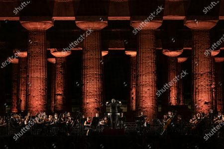 At the foot of the Temple of Neptune, in the archaeological park of Paestum, the event '' The Ways of Friendship, Concert for Syria '' was held, in memory of the Kurdish activist Hervin Khalaf (1984-2019). The conductor Riccardo Muti conducts the Luigi Cherubini Youth Orchestra and the musicians of the Syrian Expat Philharmonic Orchestra. Kurdish singer Aynur Dogan opened the concert.