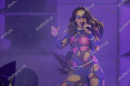 """En esta fotografía de archivo del 5 de octubre de 2019 la cantante brasileña Anitta se presenta en el festival Rock in Rio en Río de Janeiro, Brasil. Anitta lanzará el sencillo """"Tócame"""" con Arcángel y De La Ghetto el 10 de julio de 2020"""