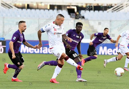 Cagliari's Radja Nainggolan (C) in action against Fiorentina's Franck Ribery (L) during the Italian Serie A soccer match between ACF Fiorentina and Cagliari Calcio at the Artemio Franchi stadium in Florence, Italy, 08 July 2020.
