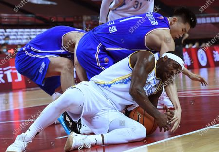 Ty Lawson (bottom) of Fujian Sturgeons vies with Meng Zikai of Tianjin Pioneers during a match at the 2019-2020 Chinese Basketball Association (CBA) league in Qingdao, east China's Shandong Province, July 9, 2020.