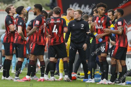AFC Bournemouth manager Eddie Howe (C) talks to players in a drinking break during the English Premier League match between AFC Bournemouth and Tottenham Hotspur in Bournemouth, Britain, 09 July 2020.