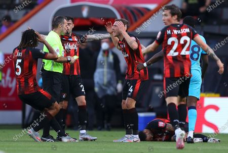 Players of Bournemouth argue with referee Paul Tierney (2-L) during the English Premier League match between AFC Bournemouth and Tottenham Hotspur in Bournemouth, Britain, 09 July 2020.