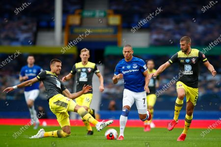 Richarlison (2R) of Everton in action against Jan Bednarek of Southampton during the English Premier League match between Everton and Southampton in Liverpool, Britain, 09 July 2020.