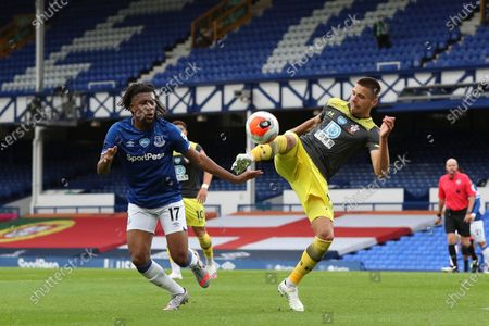 Alex Iwobi (L) of Everton in action against Jan Bednarek (R) of Southampton during the English Premier League match between Everton and Southampton in Liverpool, Britain, 09 July 2020.