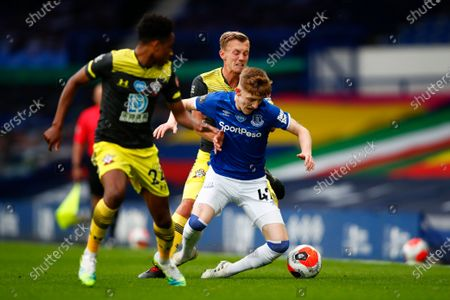 Anthony Gordon (R) of Everton in action against James Ward-Prowse (2-R) of Southampton during the English Premier League match between Everton and Southampton in Liverpool, Britain, 09 July 2020.