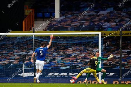 Illustration libre de droits de Danny Ings (C) of Southampton scores the opening goal during the English Premier League match between Everton and Southampton in Liverpool, Britain, 09 July 2020.