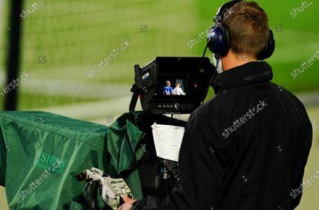 Photo libre de droits de A television cameraman doing the match on Sky