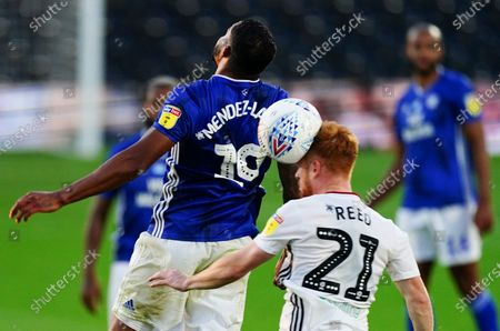 Image libre de droits de Harrison Reed of Fulham heads under pressure from Nathaniel Mendez-Laing of Cardiff City