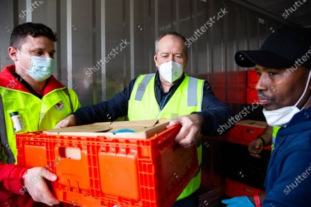 Exclusive - Bill Shorten delivers food to locked down public housing, Melbourne