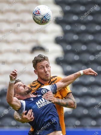 Image libre de droits de Tom Bradshaw of Millwall and Angus MacDonald of Hull City