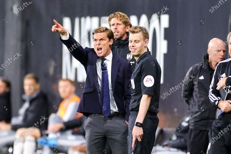 Fulham Head Coach Scott Parker shouts to his players during the EFL Sky Bet Championship match between Fulham and Cardiff City at Craven Cottage, London