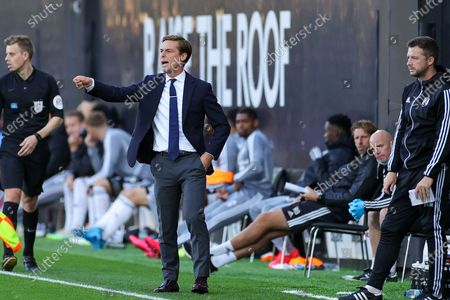 Fulham Head Coach Scott Parker shouts instructions to his players during the EFL Sky Bet Championship match between Fulham and Cardiff City at Craven Cottage, London