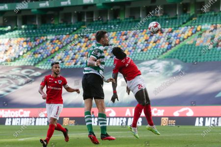 Sporting's Lisbon Sebastian Coates (L) in action against Santa Clara oponent Mamadu Cande (R) during the Portuguese First League soccer match held at Jose Alvalade stadium, in Lisbon, Portugal, 10 July 2020.T