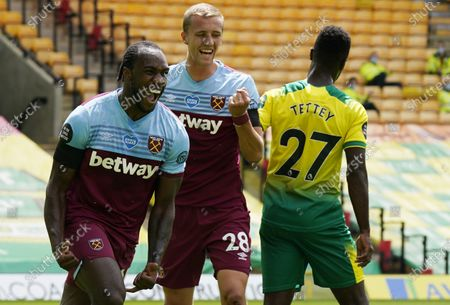 Michail Antonio (L) of West Ham celebrates after scoring the opening goal during the English Premier League match between Norwich City and West Ham United in Norwich, Britain, 11 July 2020.