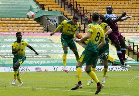 Michail Antonio (R) of West Ham scores his second goal during the English Premier League match between Norwich City and West Ham United in Norwich, Britain, 11 July 2020.