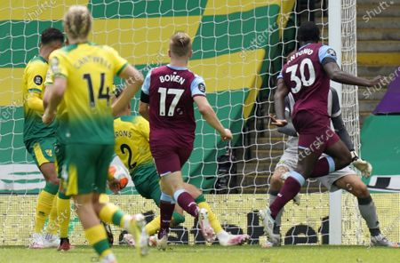 Michail Antonio (R) of West Ham scores his fourth goal during the English Premier League match between Norwich City and West Ham United in Norwich, Britain, 11 July 2020.