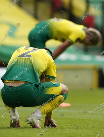 Illustration libre de droits de Dejected Norwich players Max Aarons and Todd Cantwell (rear) after the English Premier League match between Norwich City and West Ham United in Norwich, Britain, 11 July 2020. Norwich lost 0-4 and has been relegated.