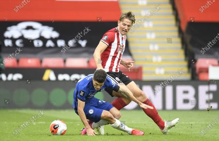 Sander Berge of Sheffield (R) in action against Christian Pulisic of Chelsea (L) during the English Premier League match between Sheffield United and Chelsea in Sheffield, Britain, 11 July 2020.