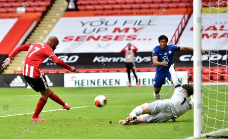 David McGoldrick of Sheffield (L) scores the opening goal during the English Premier League match between Sheffield United and Chelsea in Sheffield, Britain, 11 July 2020.