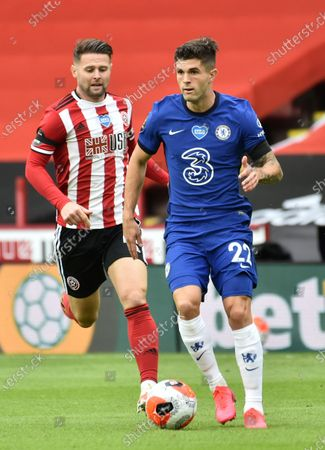 Oliver Norwood of Sheffield (L) in action against Christian Pulisic of Chelsea (R) during the English Premier League match between Sheffield United and Chelsea in Sheffield, Britain, 11 July 2020.