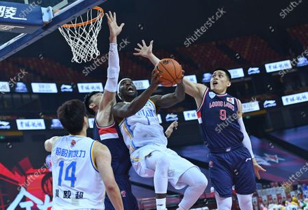Ty Lawson (2nd R) of Fujian Sturgeons goes for a basket during a match between Fujian Sturgeons and Guangzhou Loong Lions at the 2019-2020 Chinese Basketball Association (CBA) league in Qingdao, east China's Shandong Province, July 11, 2020.