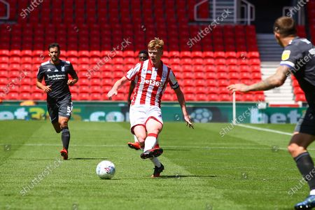 Sam Clucas of Stoke City (22) plays the ball into the box during the EFL Sky Bet Championship match between Stoke City and Birmingham City at the Bet365 Stadium, Stoke-on-Trent