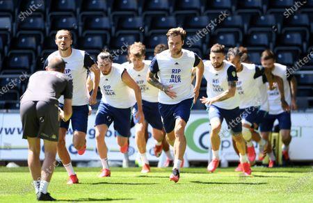 "Photo libre de droits de Leeds players warm up in t-shirts saying ""RIP Big Jack"" in memory of Jack Charlton."