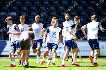 """Leeds players warm up in t-shirts saying """"RIP Big Jack"""" in memory of Jack Charlton."""