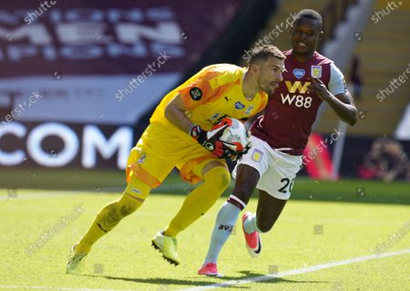 Crystal Palace's goalkeeper Vicente Guaita (L) in action during the English Premier League soccer match between Aston Villa and Crystal Palace in Birmingham, Britain, 12 July 2020.