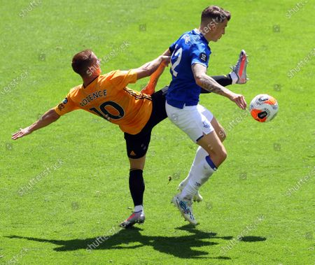 Imagen en stock de Wolverhampton Wanderers' Daniel Podence (L) in action against Everton's Lucas Digne (R) during the English Premier League soccer match between Wolverhampton Wanderers and Everton FC in Wolverhampton, Britain, 12 July 2020.