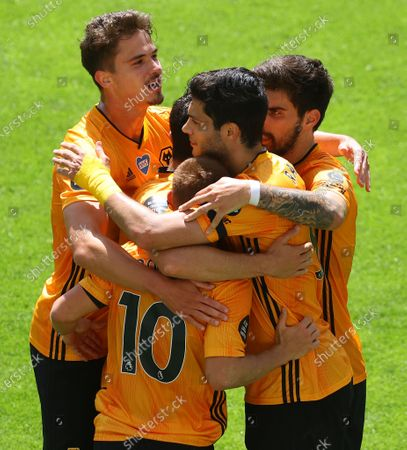 Foto en stock de Wolverhampton Wanderers' Raul Jimenez (2-R) celebrates with teammates after scoring the 1-0 lead from the penalty spot during the English Premier League soccer match between Wolverhampton Wanderers and Everton FC in Wolverhampton, Britain, 12 July 2020.