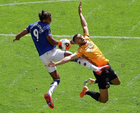 「Everton's Dominic Calvert-Lewin (L) in action against Wolverhampton Wanderers' Romain Saiss (R) during the English Premier League soccer match between Wolverhampton Wanderers and Everton FC in Wolverhampton, Britain, 12 July 2020.」のストックフォト