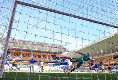 Wolverhampton Wanderers' Leander Dendoncker (back L) scores the 2-0 lead during the English Premier League soccer match between Wolverhampton Wanderers and Everton FC in Wolverhampton, Britain, 12 July 2020.