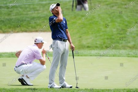 Illustration libre de droits de Collin Morikawa reacts to a missed putt on the second playoff hole as Justin Thomas lines up his putt during the final round of the Workday Charity Open golf tournament, in Dublin, Ohio