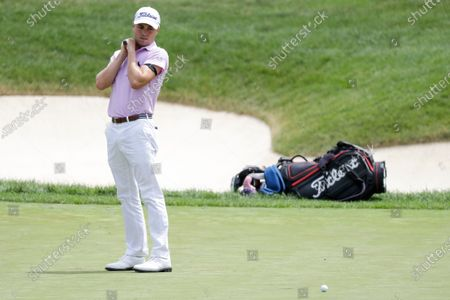 Image libre de droits de Justin Thomas reacts after missing a putt on the second playoff hole during the final round of the Workday Charity Open golf tournament, in Dublin, Ohio